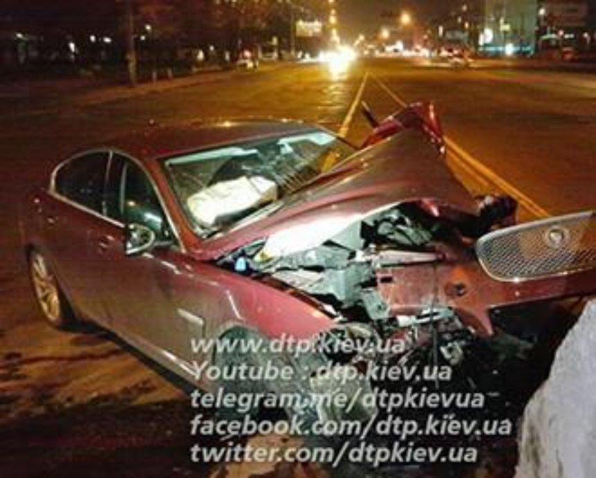 В Киеве пьяный водитель на Jaguar протаранил отбойник (фото)