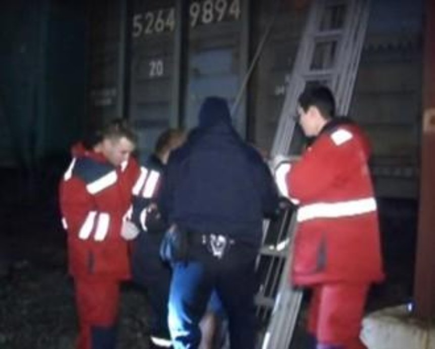 В Киеве трое студентов обгорели, прыгнув на высоковольтные провода (видео)