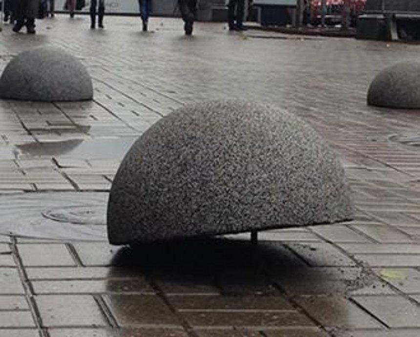 За два месяца вандалы на Крещатике повредили 150 полусфер