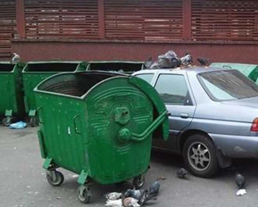 """В Киеве """"героя парковки"""" заблокировали мусорными баками (фото)"""