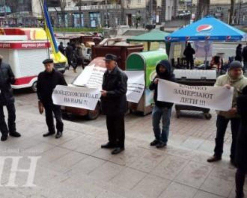 Под КГГА начался митинг, на котором жители требуют подключить их дом к электроэнергии