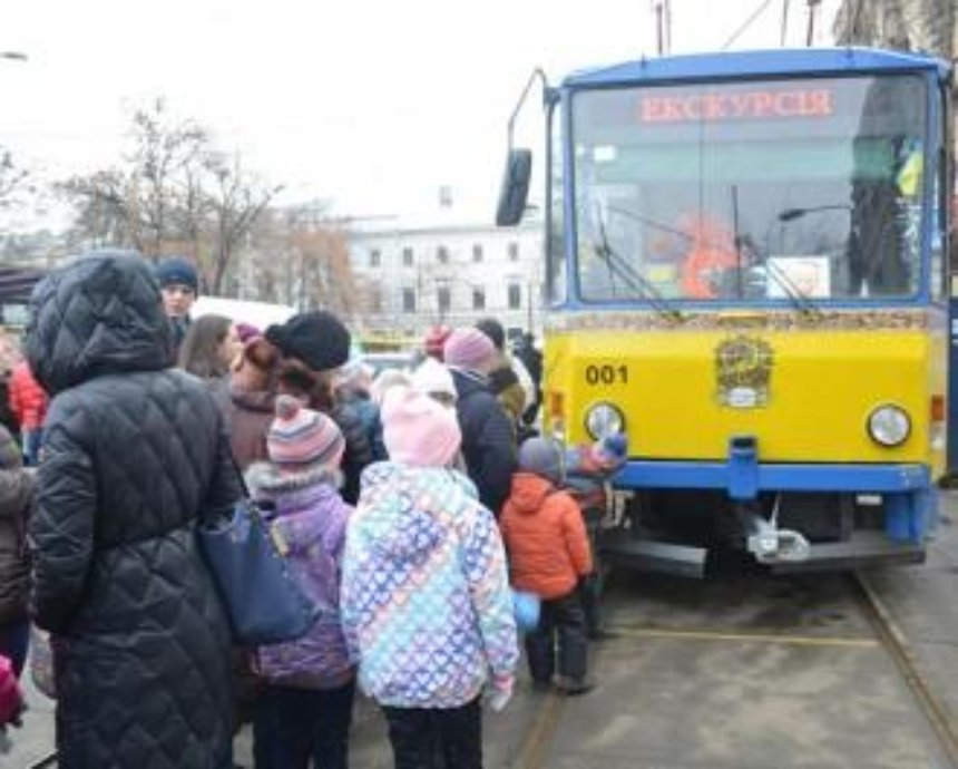 С сегодняшнего дня для детей начинает работу сказочный трамвайчик