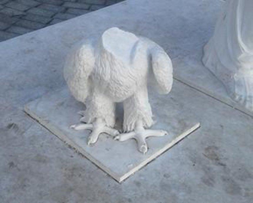 В Киеве вандалы повредили памятник Данте (фото)