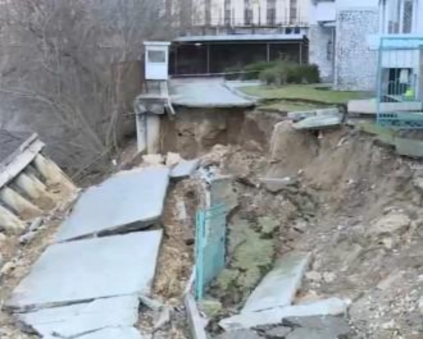 В Киеве в одном из домов обвалился фасад