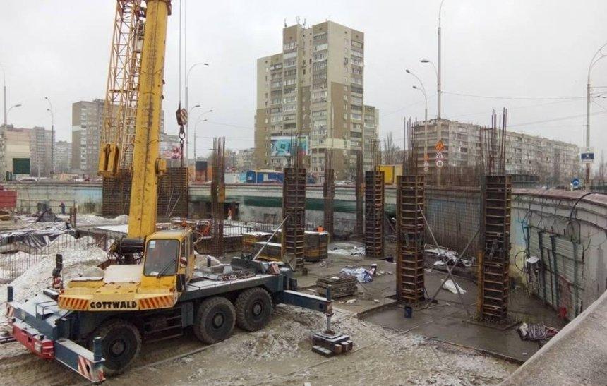 """Зальют бетоном: на """"Героев Днепра"""" снова активизировалась скандальная стройка (фото)"""