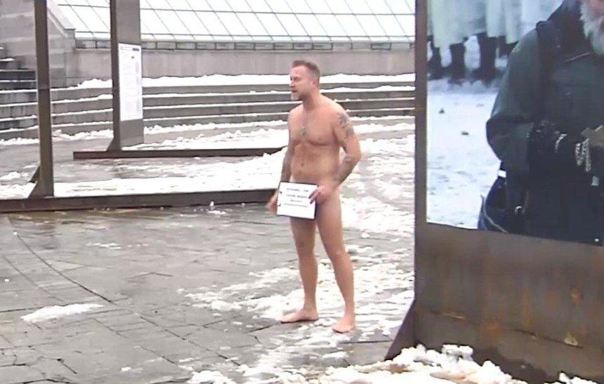 Антин Мухарский снова оголился на публике (видео)