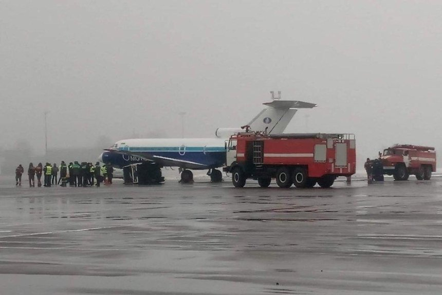 Ваэропорту «Киев» самолет столкнулся систочником питания