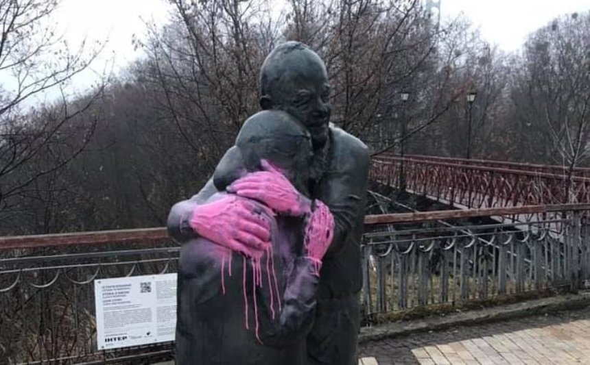 Вандалы облили краской скульптуру «История любви»