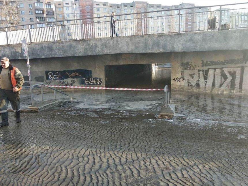 На Героев Днепра подземный переход погрузился под воду (фото, видео)