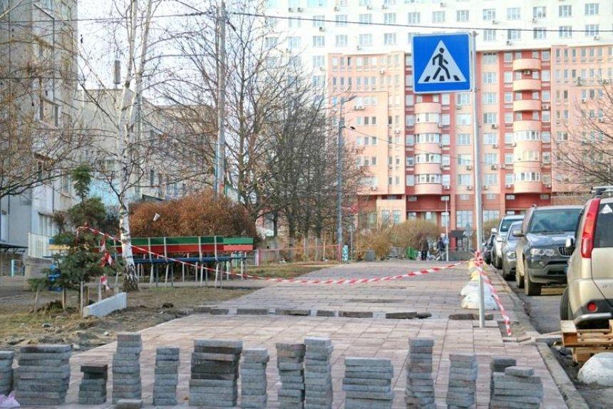 В Соломенском районе заканчивают строительство тротуара с подогревом (фото)