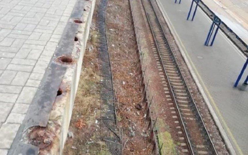 Возле Центрального железнодорожного вокзала упало ограждение (фото)