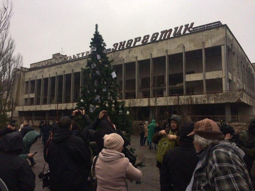 В Припяти впервые за 33 года установили новогоднюю елку (фото)