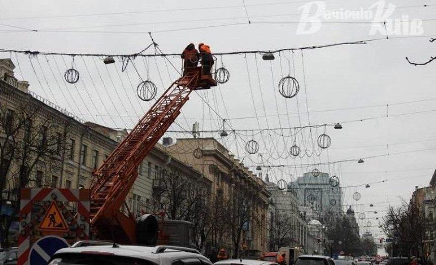 Улицу Богдана Хмельницкого начали украшать к новогодним праздникам (фото)
