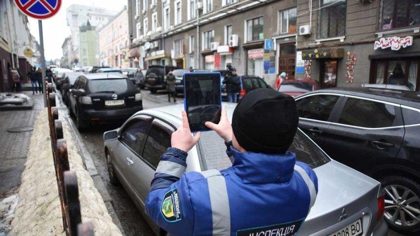 КГГА хочет в шесть раз увеличить количество инспекторов по парковке