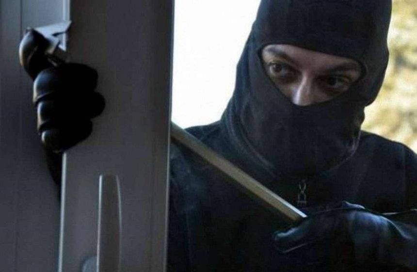 Под Киевом люди в масках ворвались в дом и ограбили директора завода