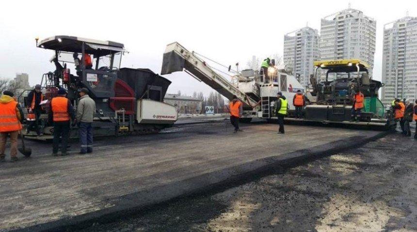 На Шулявском мосту начали класть асфальт (видео)