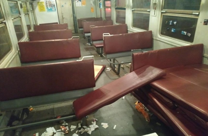 Футбольные фанаты разгромили вагон пригородного поезда (фото)