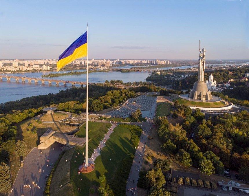 Полотно главного флага Украины меняют на новое: причина
