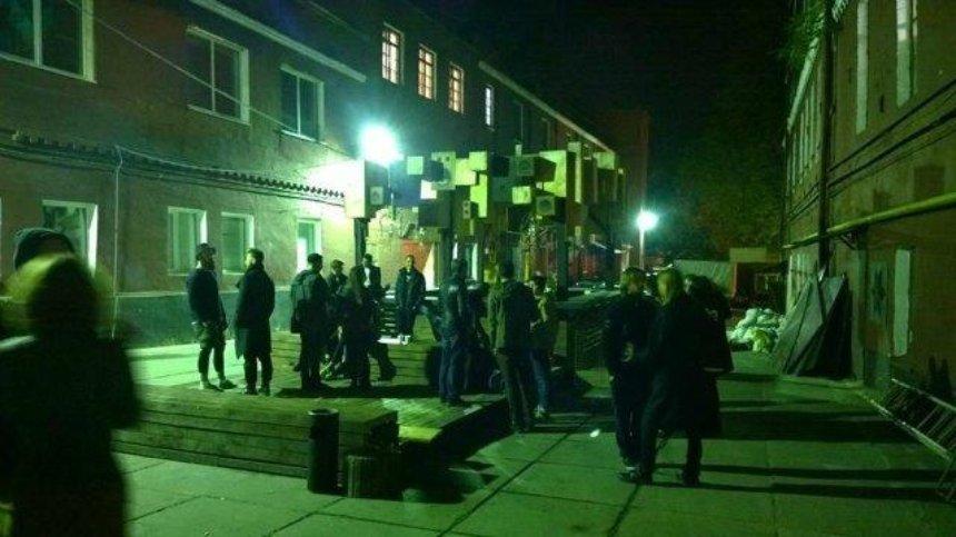 Ночью полиция выломала дверь в клубе Otel' на Подоле: вечеринки и посетителей там не было