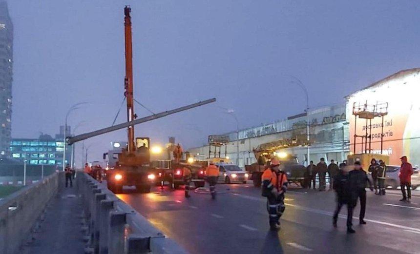 С Шулявского моста убрали еще шесть фонарей