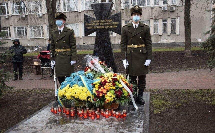 На Подоле открыли памятник погибшим воинам
