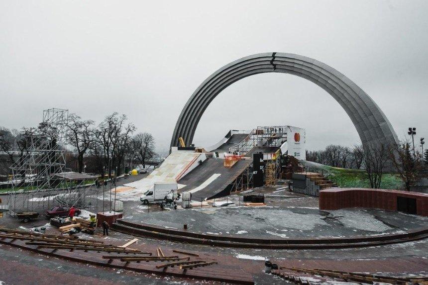 Под Аркой дружбы народов строят сноупарк для соревнований сноубордистов и лыжников