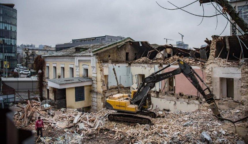 Под Байковой горой в Киеве сносят 140-летнее здание бывшего сухарного завода