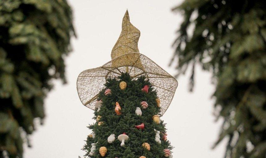 «Был тяжелый год»: Folk Ukraine объяснили, почему шляпа наглавной новогодней елке вызвала резонанс