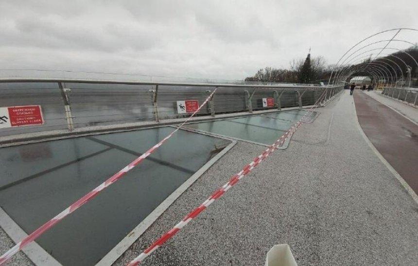 На«мосту Кличко» опять повреждено стекло: подозревают вандализм
