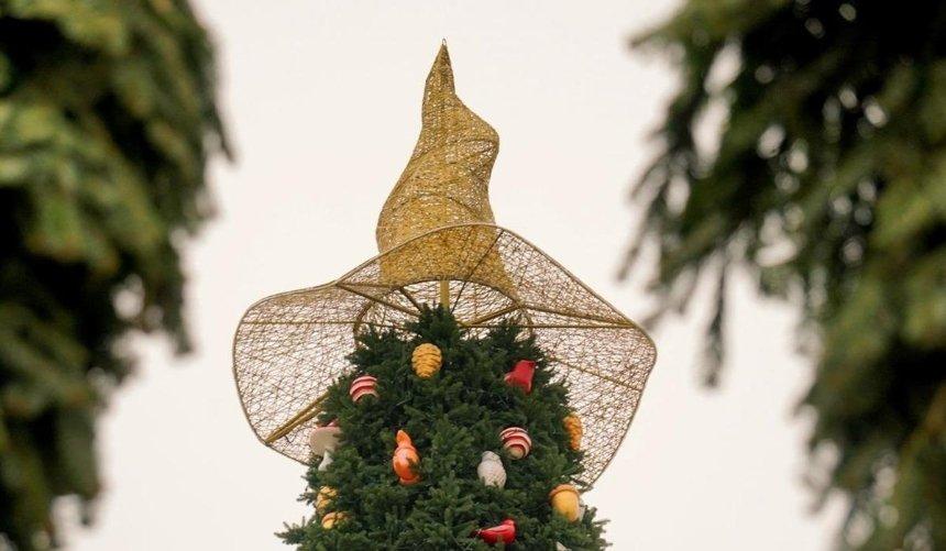 Сглавной елки наСофийской площади сняли волшебную шляпу: где ееможно будет увидеть