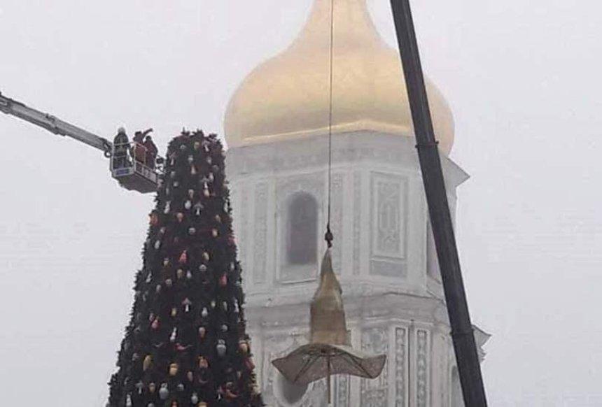 С главной елки страны на Софийской площади сняли шляпу