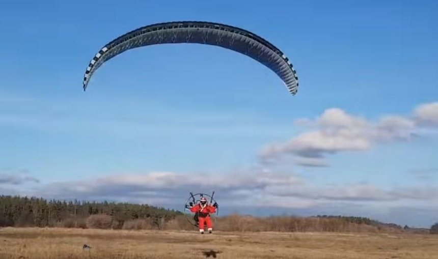 Под Киевом Санта-Клаус на параплане разбрасывал конфеты с воздуха