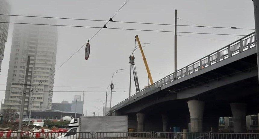 На Шулявском мосту установили новые фонари