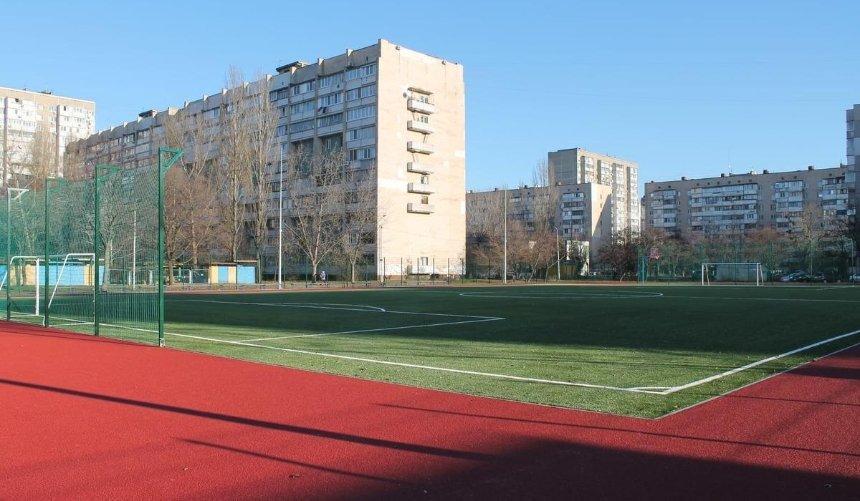 Беговые дорожки испортплощадка: наТроещине обустроили современный школьный стадион