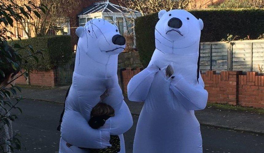 Пожилая пара изАнглии нарядилась белыми медведями, чтобы обнять внуков наРождество