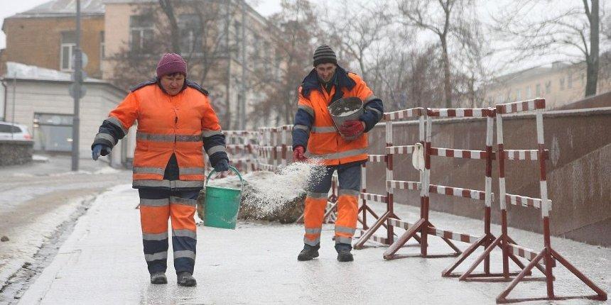 Гололед вКиеве: встолице превентивно обрабатывают дороги итротуары