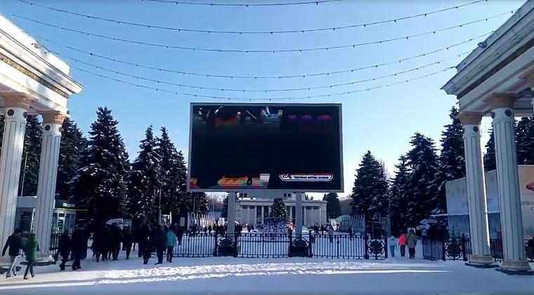 Главный символ ВДНГ заслонили рекламой (видео)