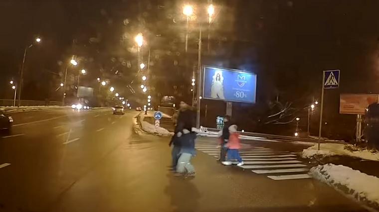 Женщины с детьми перебегали шестиполосную дорогу (видео)