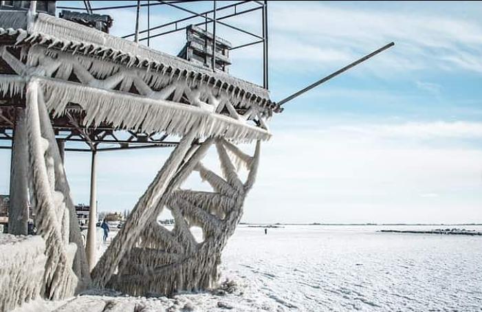Азовское море покрылось льдом: впечатляющие фото