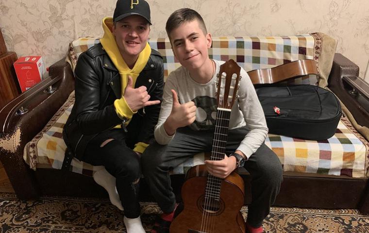 Музыканты подарили подростку гитару вместо сломанной хулиганами