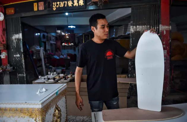 Гробовщик из Таиланда делает скейтборды из гробов