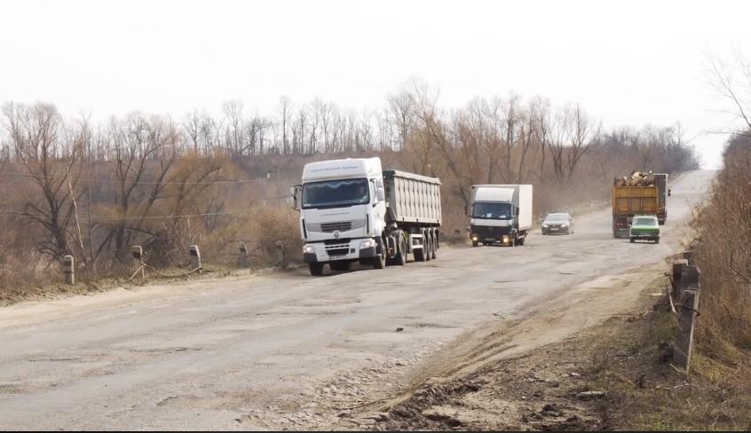 В мережі з'явилось відео найгірших доріг України (відео)