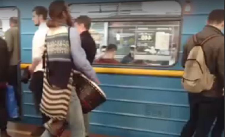 В столичному метро незвичайний музикант розважає пасажирів (відео)
