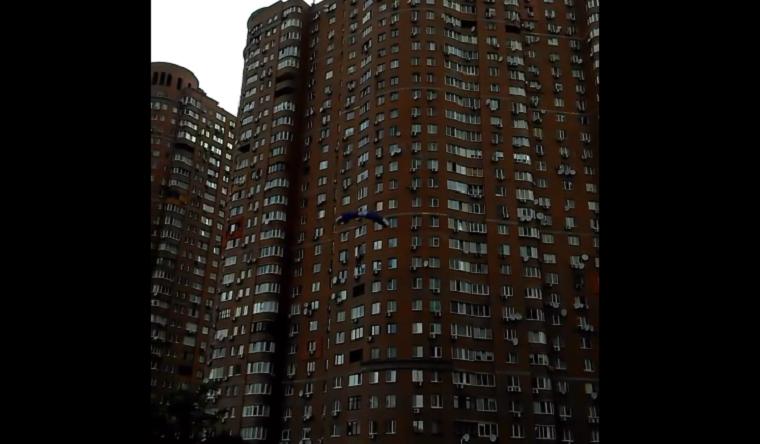 Житель столицы прыгнул из окна многоэтажки с парашютом (видео)