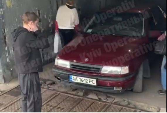 На Оболони легковой автомобиль заехал в подземный переход (видео)
