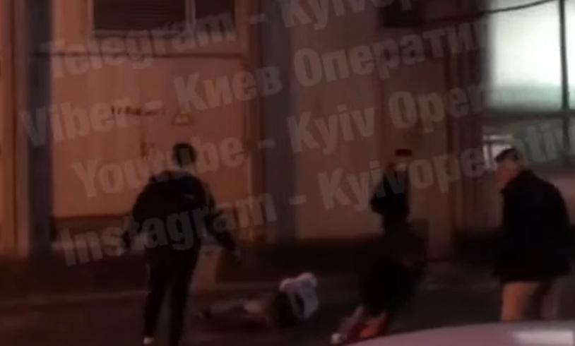 Возле ТРЦ «Гулливер» избили прохожего и бросили в фонтан (видео)