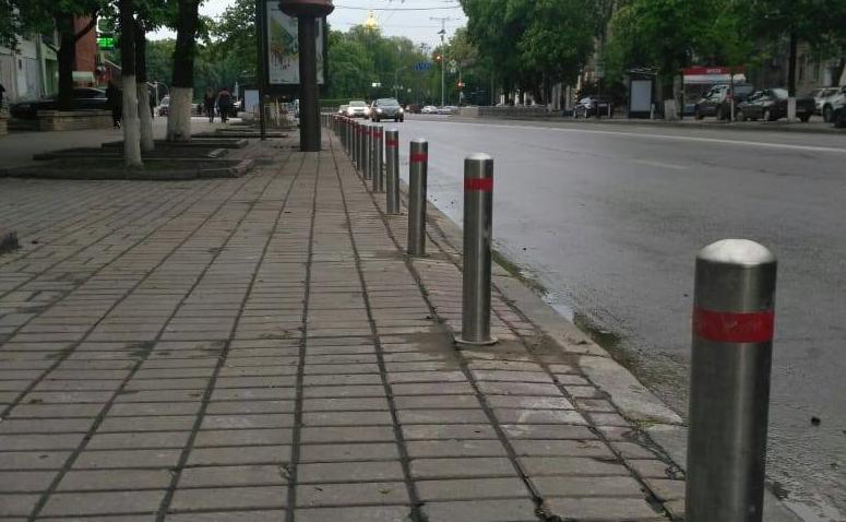 В Печерском районе устанавливают ограничительные столбики (фото)