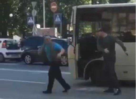 Водитель Mercedes избил пистолетом маршрутчика на глазах у прохожих (видео)