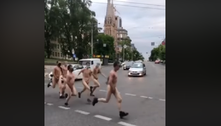 Голые мужчины устроили забег в центре Киева
