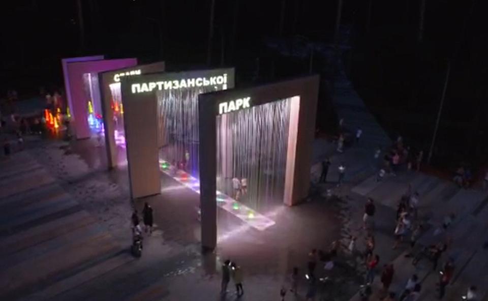 В столичном парке заработал световой пешеходный фонтан